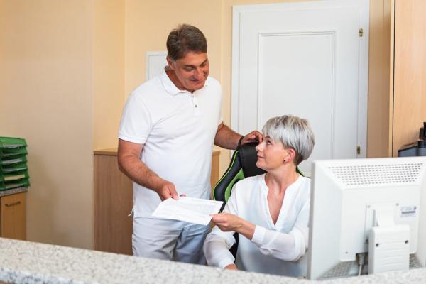 Hausarzt Hallwang - Jungbauer - Leistungen - am Empfang unserer Praxis