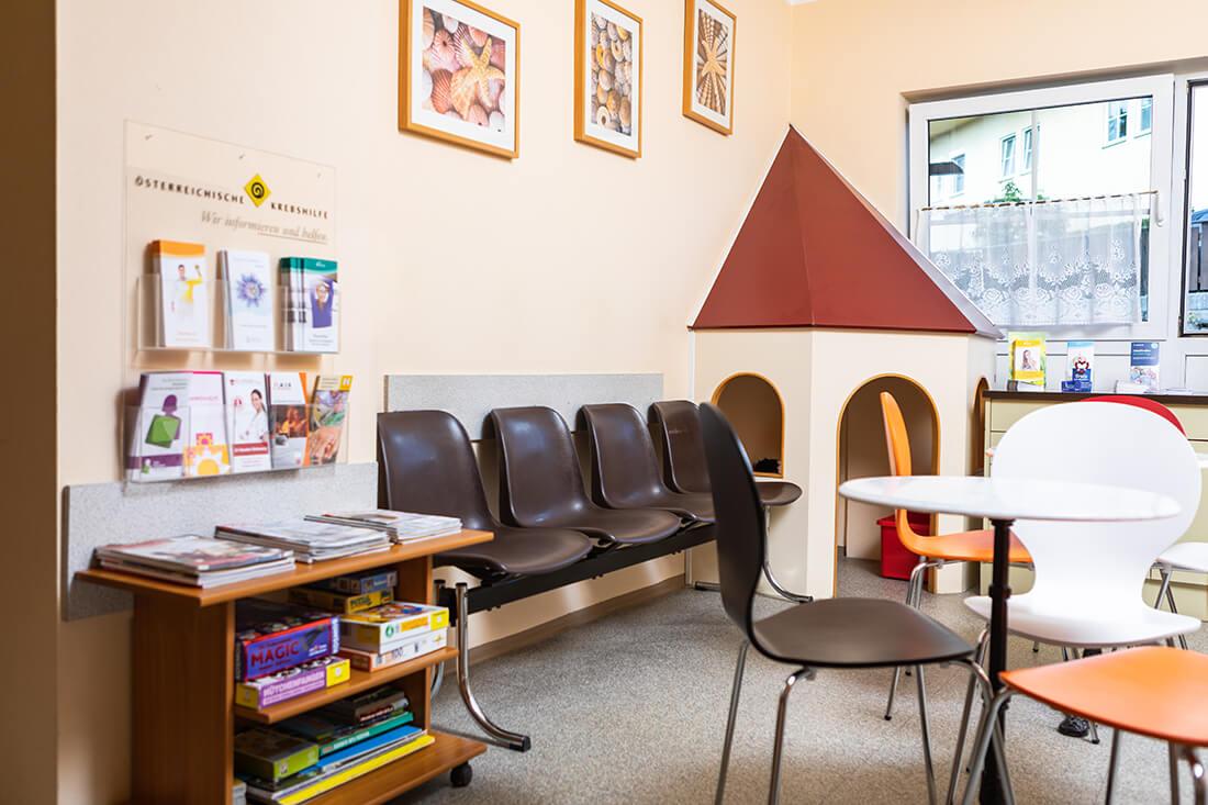 Hausarzt Hallwang - Jungbauer - unser Wartezimmer mit Kinderspielecke